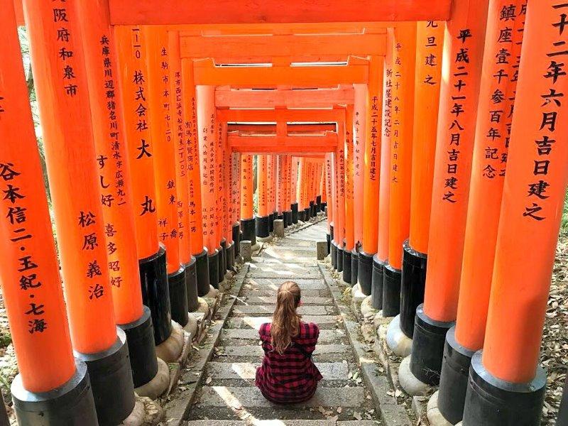 Flo sous les torri rouges du Japon
