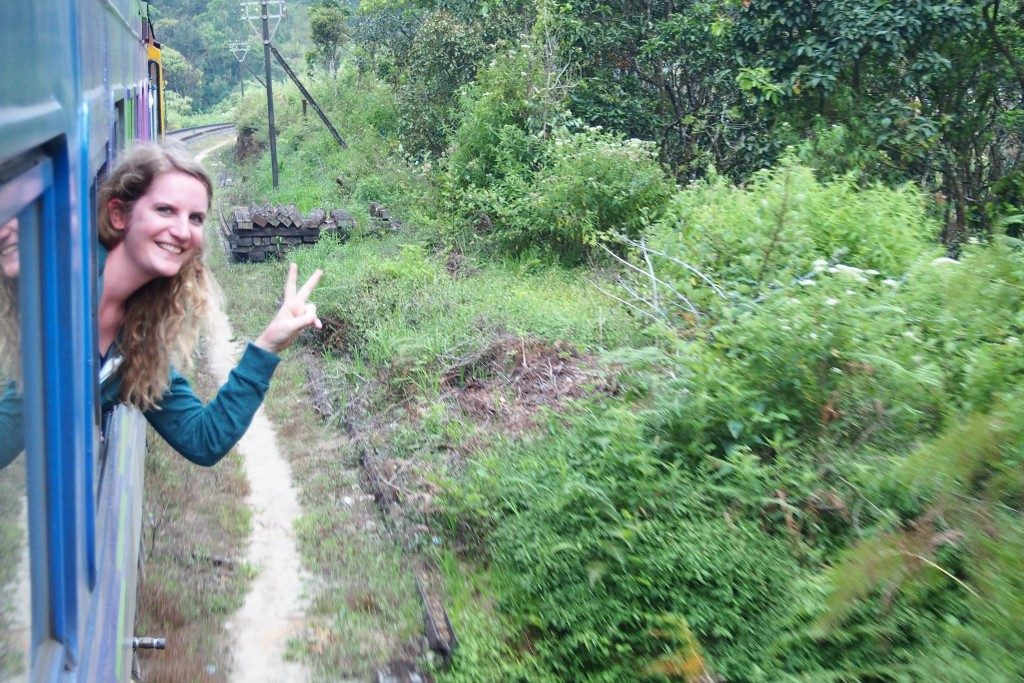 Prendre le train au Sri Lanka : Flo à la fenêtre