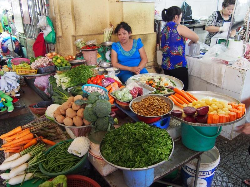 Une vendeuse de légumes du marché d'Ho Chi Minh
