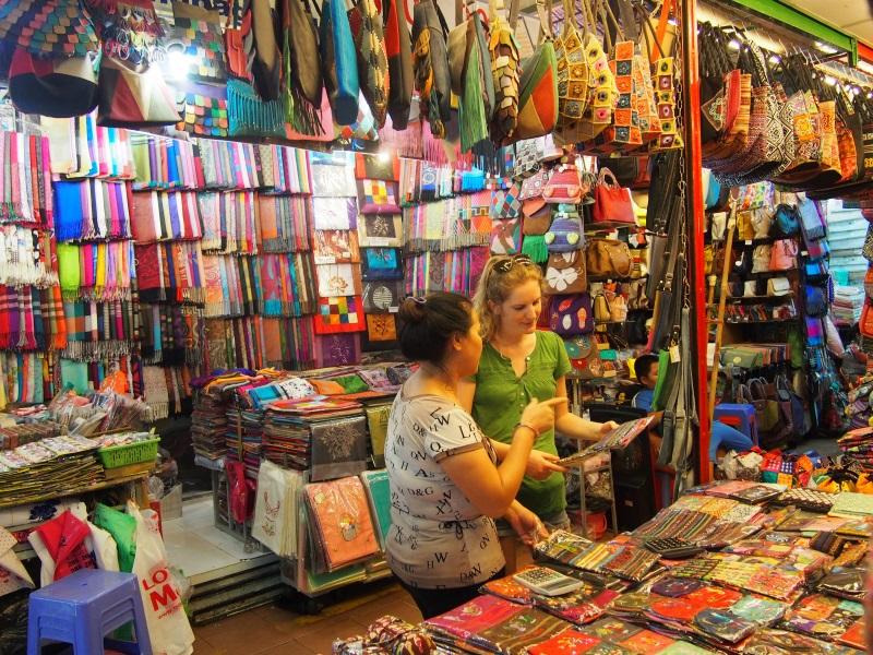 Négociation de souvenir au marché d'Ho Chi Minh