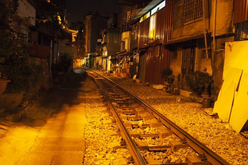 Voie ferrée au milieu des habitations à Hanoi