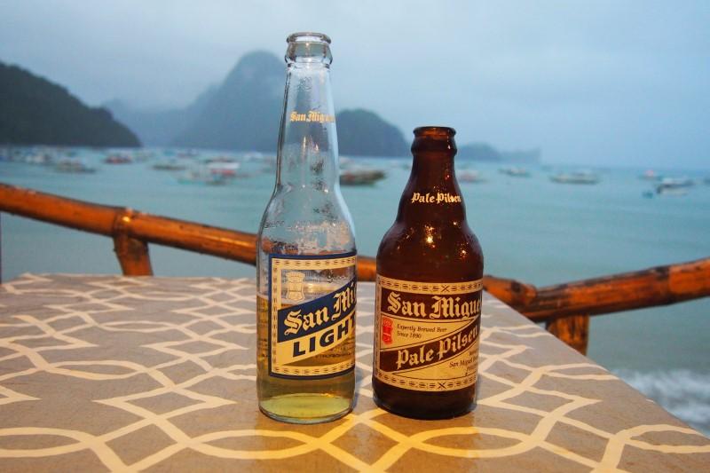 Boire une bière fraîche à El Nido