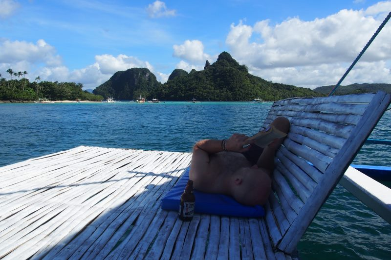 Repos et lecture sur le bateau à El Nido