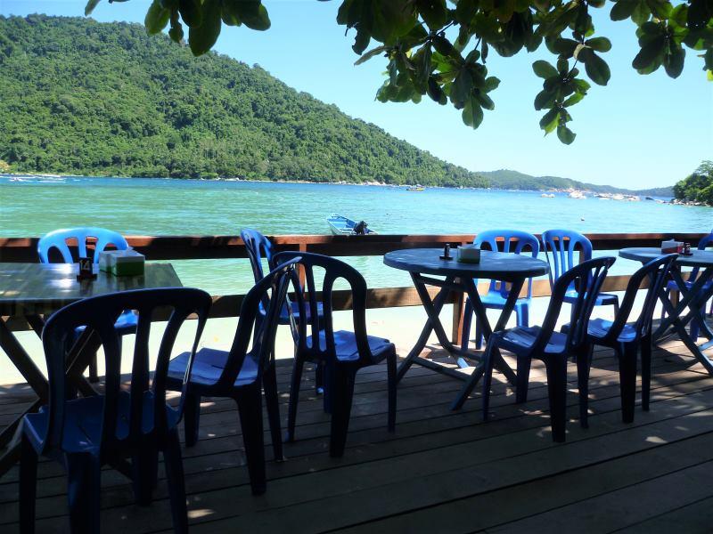 Déjeuner face à la mer aux îles Perhentian