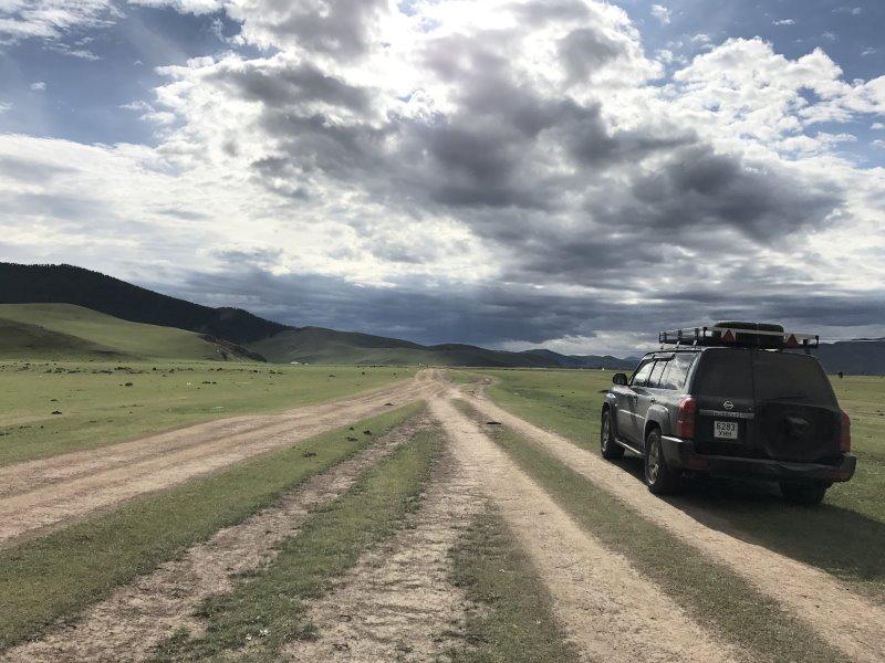 Tu sais que tu es en Mongolie quand : tu traces la route dans les plaines