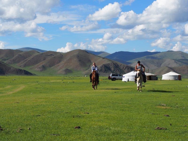 Tu sais que tu es en Mongolie quand : tu fais du cheval à travers les steppes