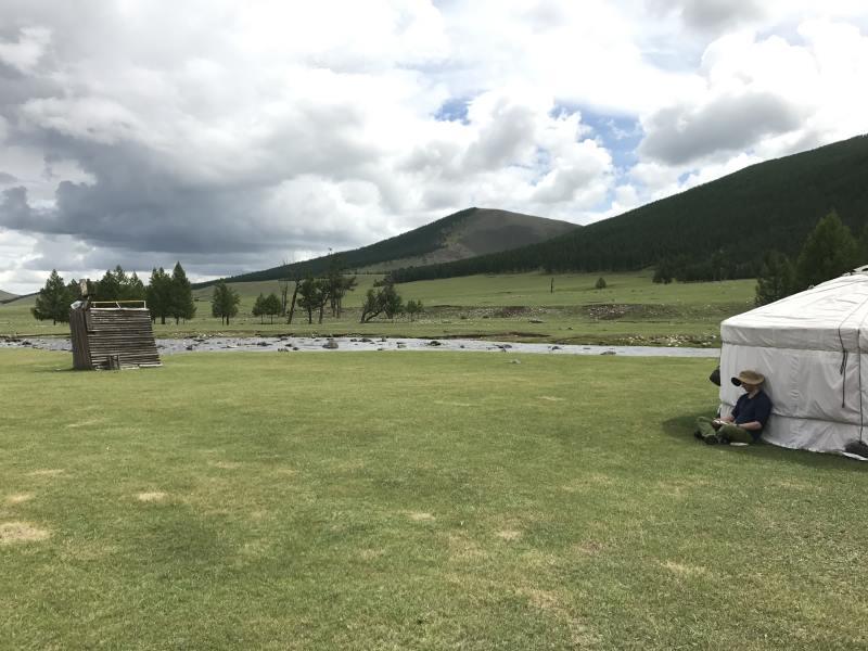 Voyage en Mongolie : lecture près de la yourte