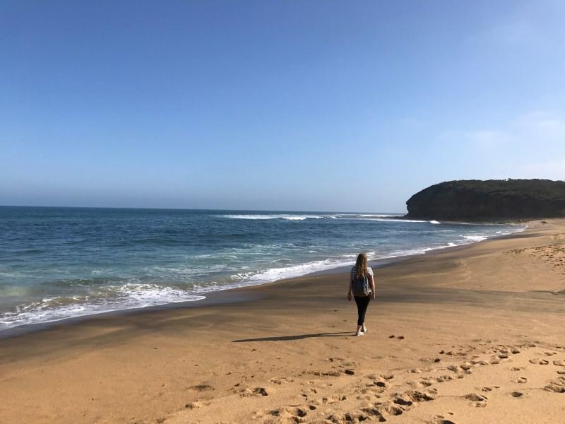 Road trip sur la Great Oean Road : Flo marche sur la plage