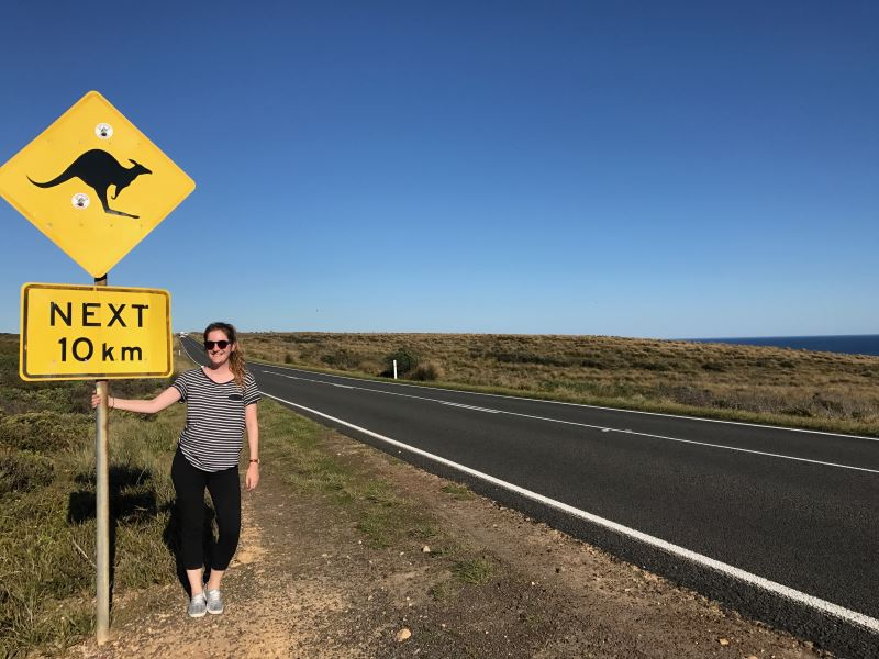 Road trip sur la Great Oean Road : Flo pose avec un panneau kangourou