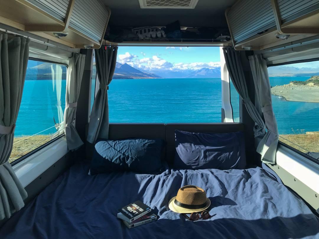 Bien préparer son voyage en Nouvelle-Zélande : vue sur le Lac Pukaki depuis le camping-car