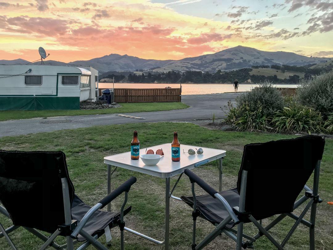 2 semaines en Nouvelle-Zélande : apéro devant le soleil couchant à Akaora