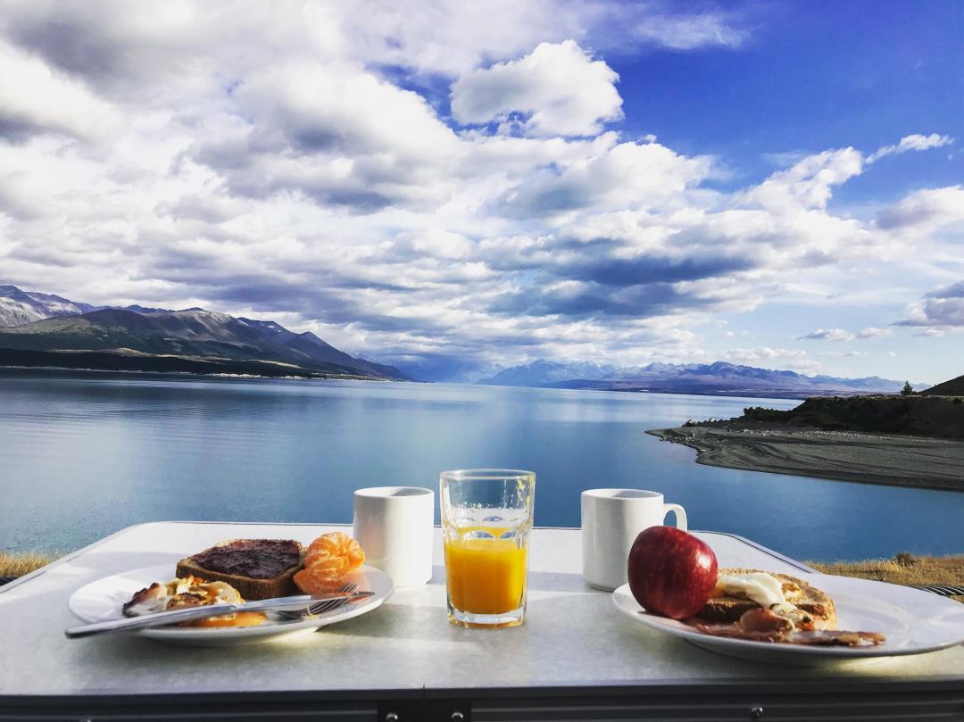 2 semaines en Nouvelle-Zélande : petit déjeuner avec vue sur le lac Pukaki