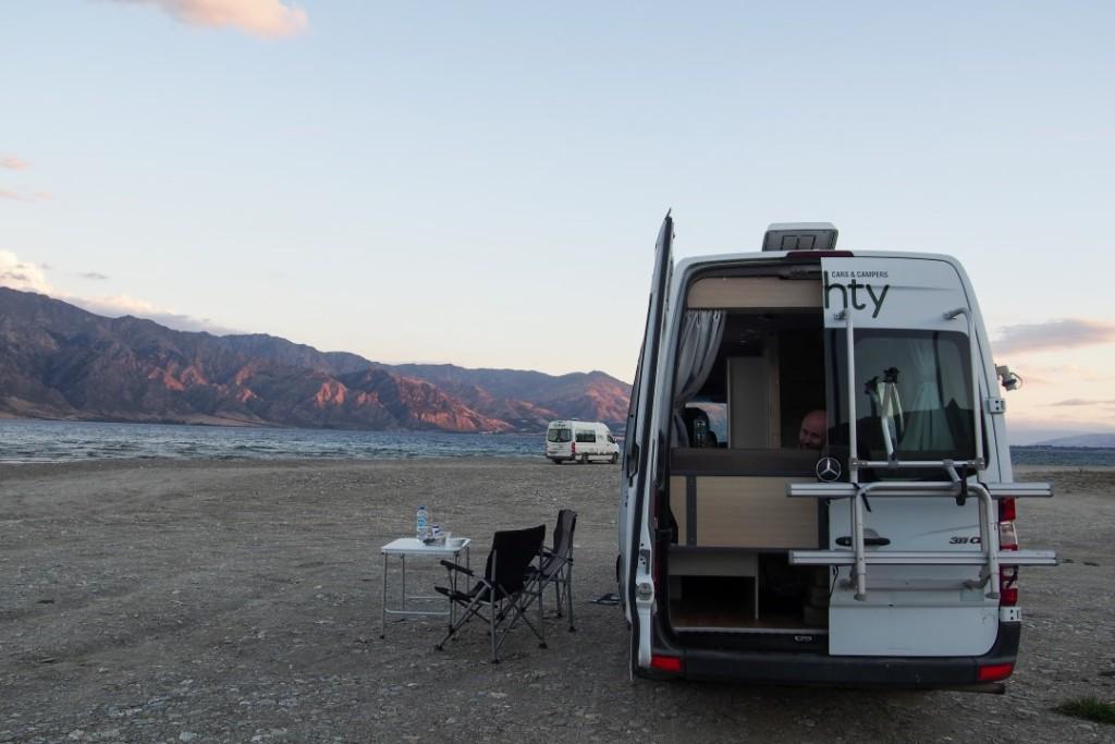 """Meilleurs campings gratuits de Nouvelle-Zélande : """"stoney beach"""", sur le bord du lac Hawea"""