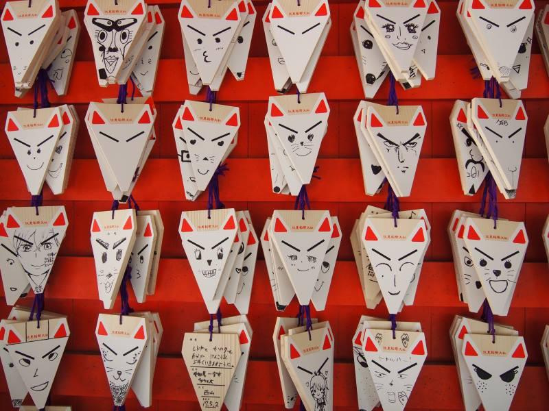 Renards écriteaux torii rouges